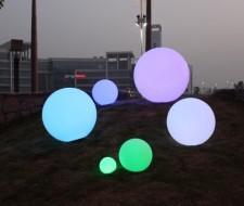 Ronde bollen buiten verlicht